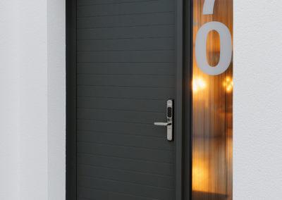 Porte d'entrée en Aluminium gamme Néo Solobloc modèle Java avec vitrage latéral imprimé