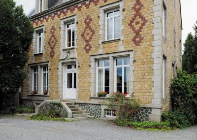 Maison de maître normande rénovée avec des menuiseries en PVC blanc