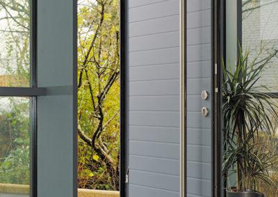 Porte d'entrée en Aluminium gris RAL 7031 gamme contemporaine modèle Java avec bâton de maréchal toute hauteur