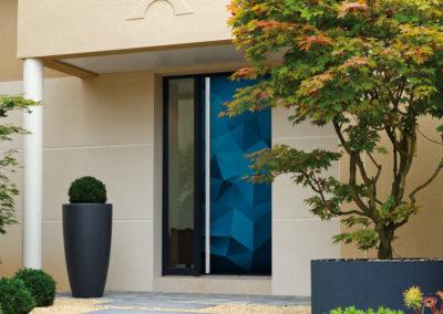 Porte d'entrée modèle Moreen bleu - Ouvrant Solobloc avec encadrement alu au coloris gris anthracite habillé d'un bâton de maréchal inox sur toute la hauteur