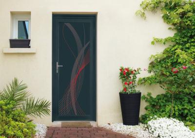 Porte d'entrée modèle Yvi rouge - Panneau aluminium avec encadrement en PVC laqué couleur gris anthracite, habillé d'une poignée inox