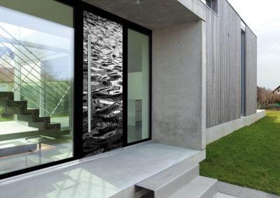 Porte d'entrée modèle Lorelaï gris clair - Ouvrant Solobloc avec encadrement alu au coloris noir, habillé d'un bâton de maréchal droit