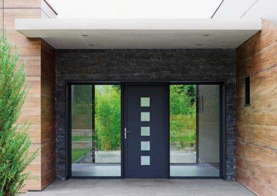 Porte d'entrée en Aluminium gris RAL 7016 gamme contemporaine modèle N°3 avec deux fixes latéraux vitrés