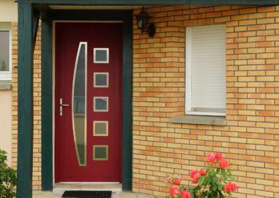 Porte d'entrée en Aluminium rouge RAL 3004 gamme contemporaine modèle N°2 6C