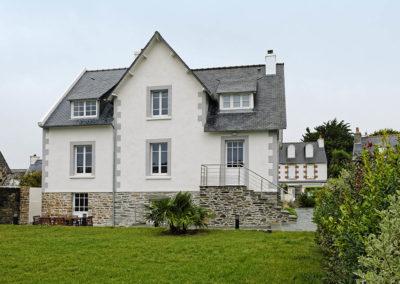 Maison bretonne rénovée avec des menuiseries en PVC blanc avec petit bois