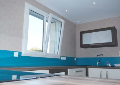 Fenêtre oscillo-battante à deux vantaux en PVC blanc