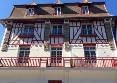 Rénovation d'un hôtel de caractère avec des menuiseries en PVC blanc avec petits bois